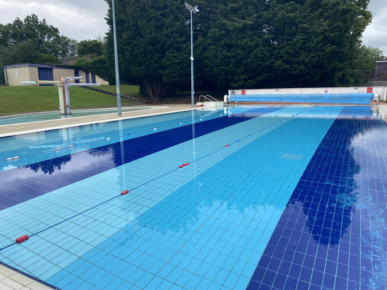 Hemel outdoor pool with trees in background